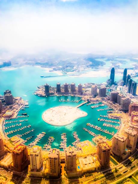 la ciudad de doha y la perla, vista aérea - qatar fotografías e imágenes de stock