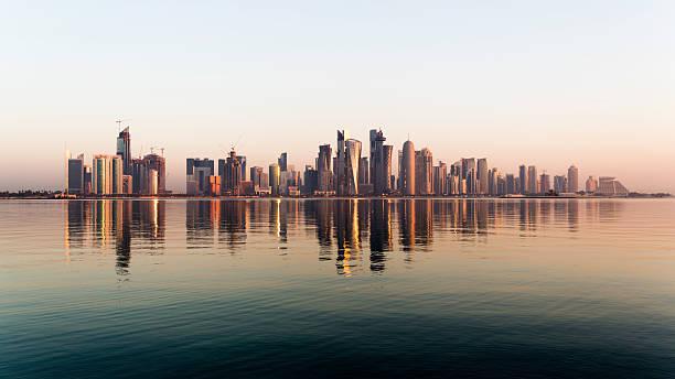 doha, qatar de la ciudad en puesta de sol - qatar fotografías e imágenes de stock