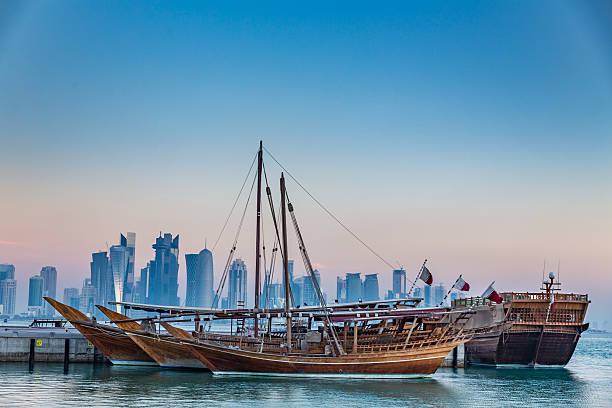 corniche de doha tôt le matin - qatar photos et images de collection