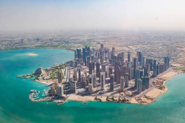 doha, au qatar, de l'air - qatar photos et images de collection