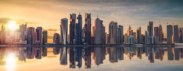 skyline de doha au coucher du soleil - qatar photos et images de collection