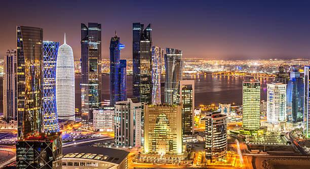 vue panoramique de doha, au qatar-dessus de ville de nuit - qatar photos et images de collection
