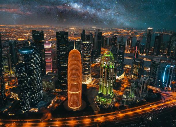 paysage urbain de doha, au qatar-dessus de ville de nuit - qatar photos et images de collection
