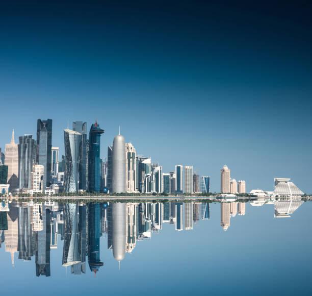 réflexions de skyline de doha - qatar photos et images de collection