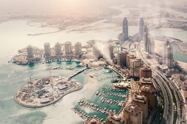 doha, la capitale de l'état du qatar. vue de l'avion - qatar photos et images de collection