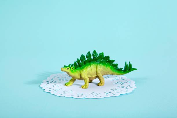 deckchen stegosaurus - tortenfiguren stock-fotos und bilder