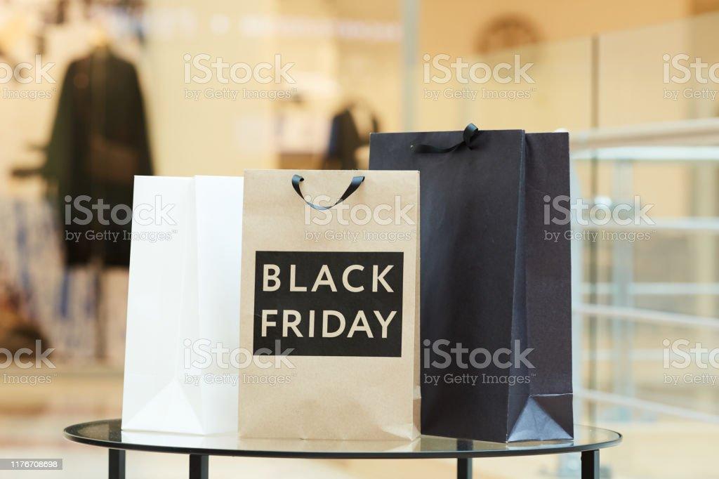 Fazendo compras durante a sexta-feira negra - Foto de stock de Black Friday royalty-free