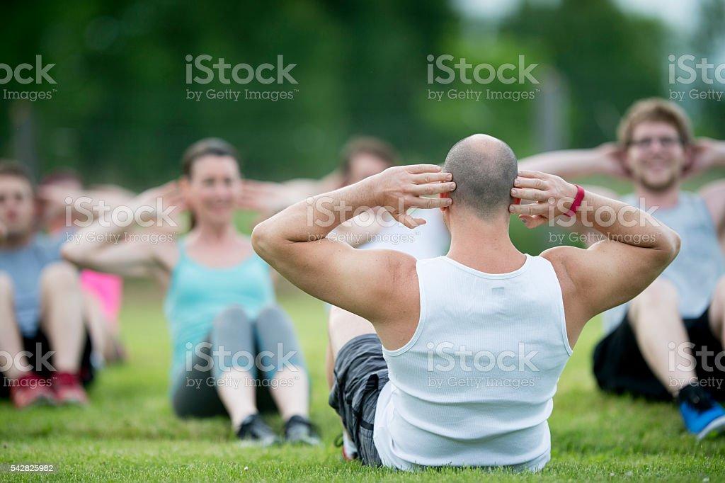 Macht Sit-Ups auf den Park – Foto