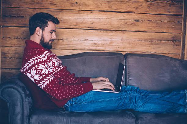 einige social networking on vacation - weihnachtsprogramm stock-fotos und bilder