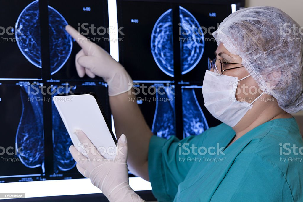 Doktor Looking MRI Scan royalty-free stock photo