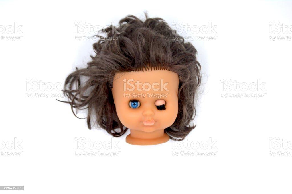 Cabeça de boneca em um fundo branco - foto de acervo