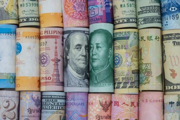 abd doları ve çin yuan banknot çok ülke banknotlar ile. bu, dünyanın en büyük 2 ekonomik ülkesinin tarife ticaret savaşı krizi veya haksız iş sembolü. - küresel stok fotoğraflar ve resimler
