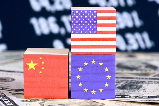 Dollar Geldscheine und Flaggen von Amerika, China und Europäischer Union EU