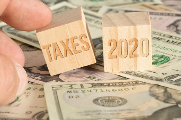 Dollar Geldscheine und Steuern im Jahr 2020 in Amerika – Foto