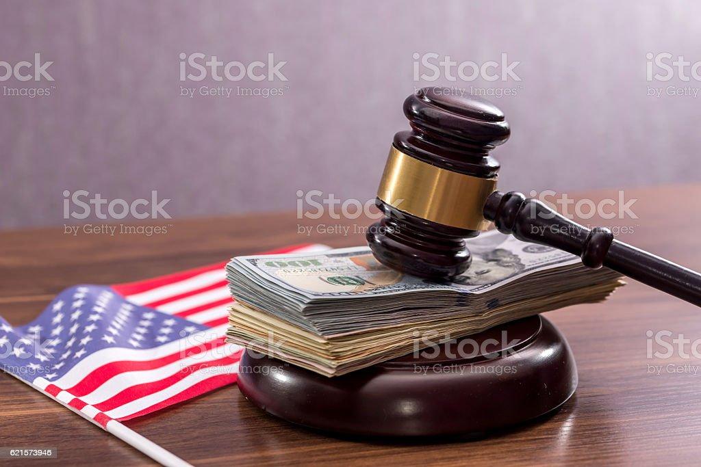 dollar, hammer and us flag photo libre de droits