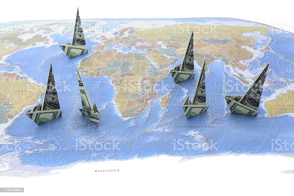 Dollar-Papier-Boote auf der Weltkarte – Foto