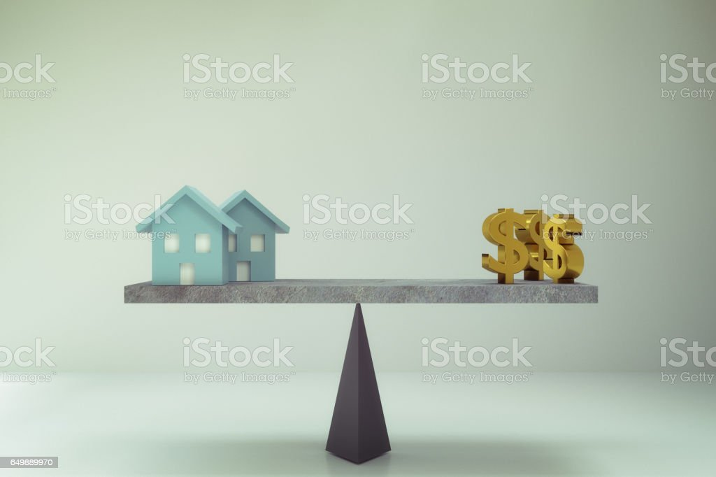 signo de dólar y casa en balance board - foto de stock