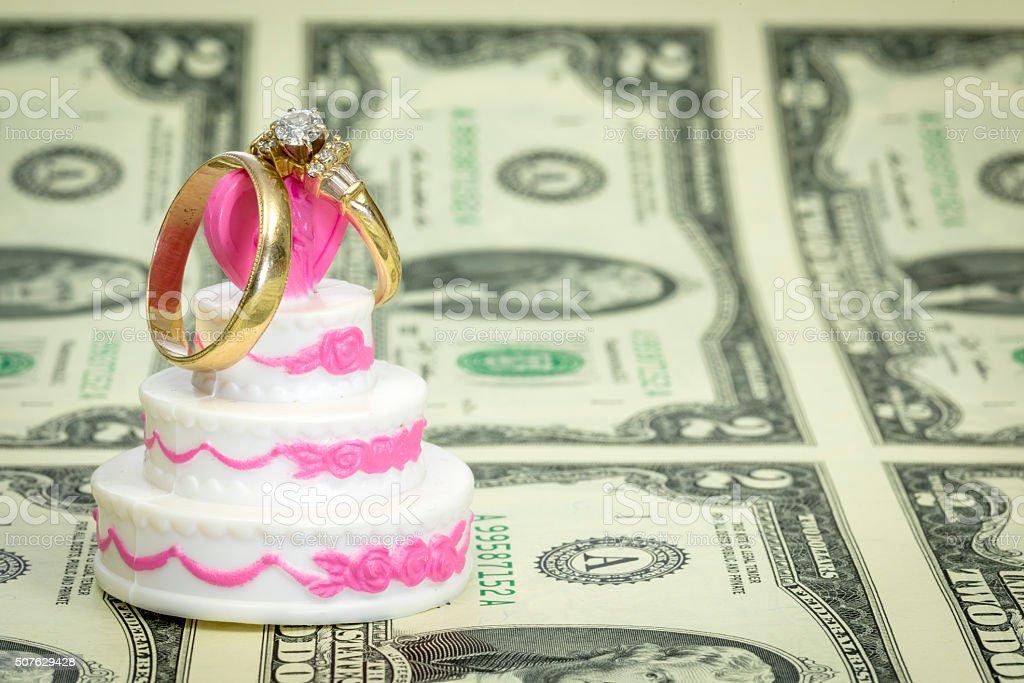 Dollar Und Hochzeitstorte Mit Ringen Stock Fotografie Und Mehr
