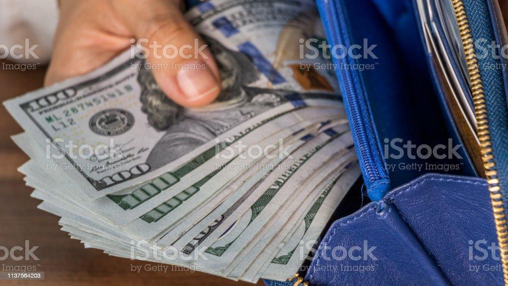 Dólares na bolsa - foto de acervo