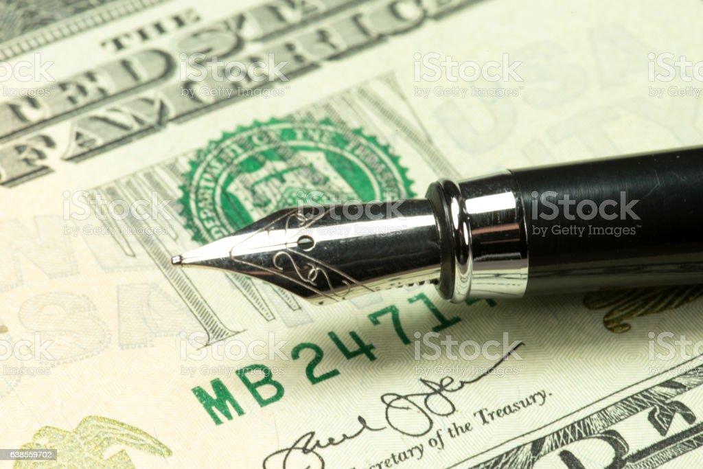 Dollarschein und ein Füller stock photo