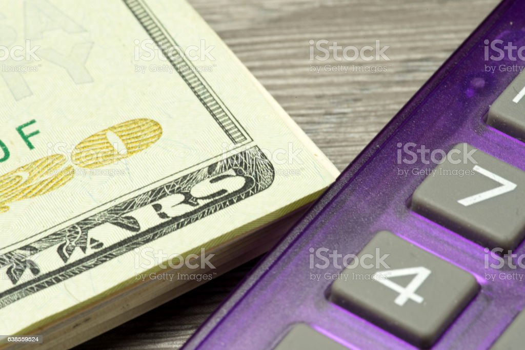 Dollarscheine und ein Taschenrechner stock photo