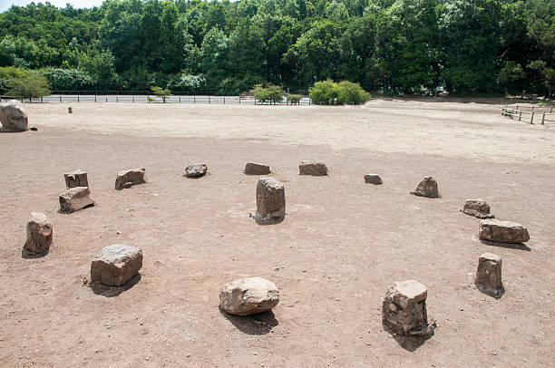 dolmen round dolmen round shaped with stones portal dolmen stock pictures, royalty-free photos & images