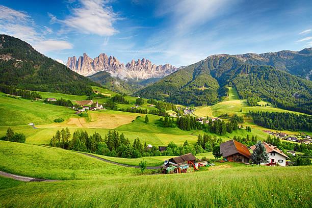 montanhas dolomitas alpes, mountain-val di funes - áustria - fotografias e filmes do acervo