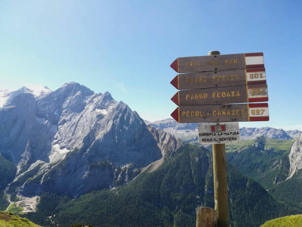 dolomiti mountain sign trails - foto stock