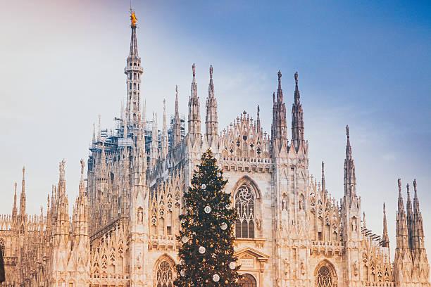 dome of milan and christmas tree - italienischer weihnachten stock-fotos und bilder