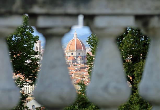 kuppel der basilika von florenz genannt duomo di santa maria del fiore - giotto stock-fotos und bilder