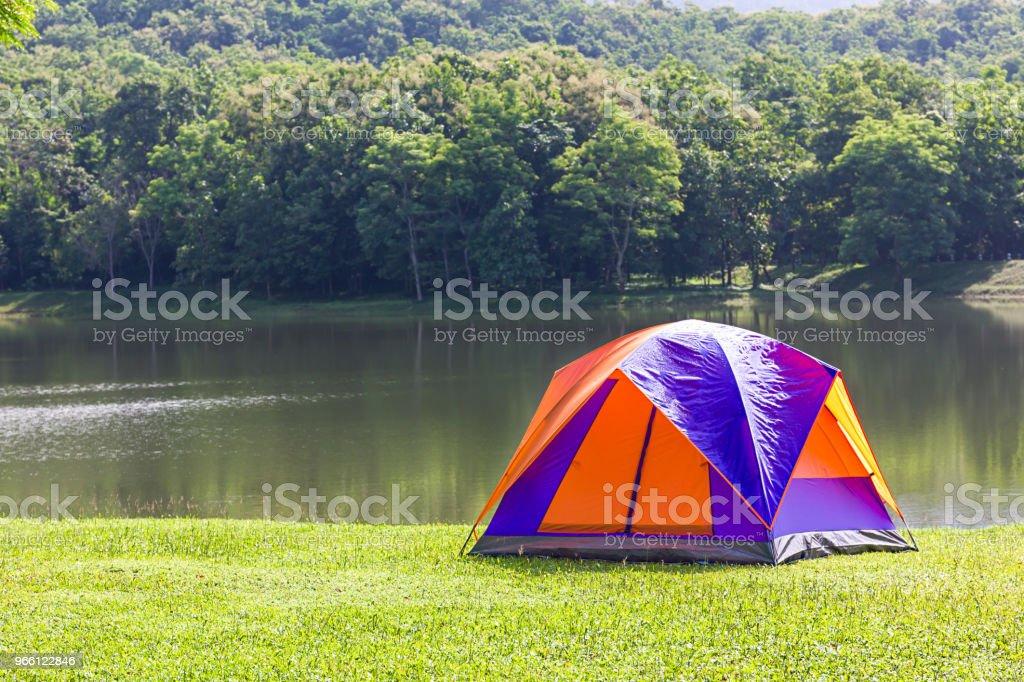 Dome tält camping vid sjön - Royaltyfri Baldakin - Byggnadskonstruktion Bildbanksbilder