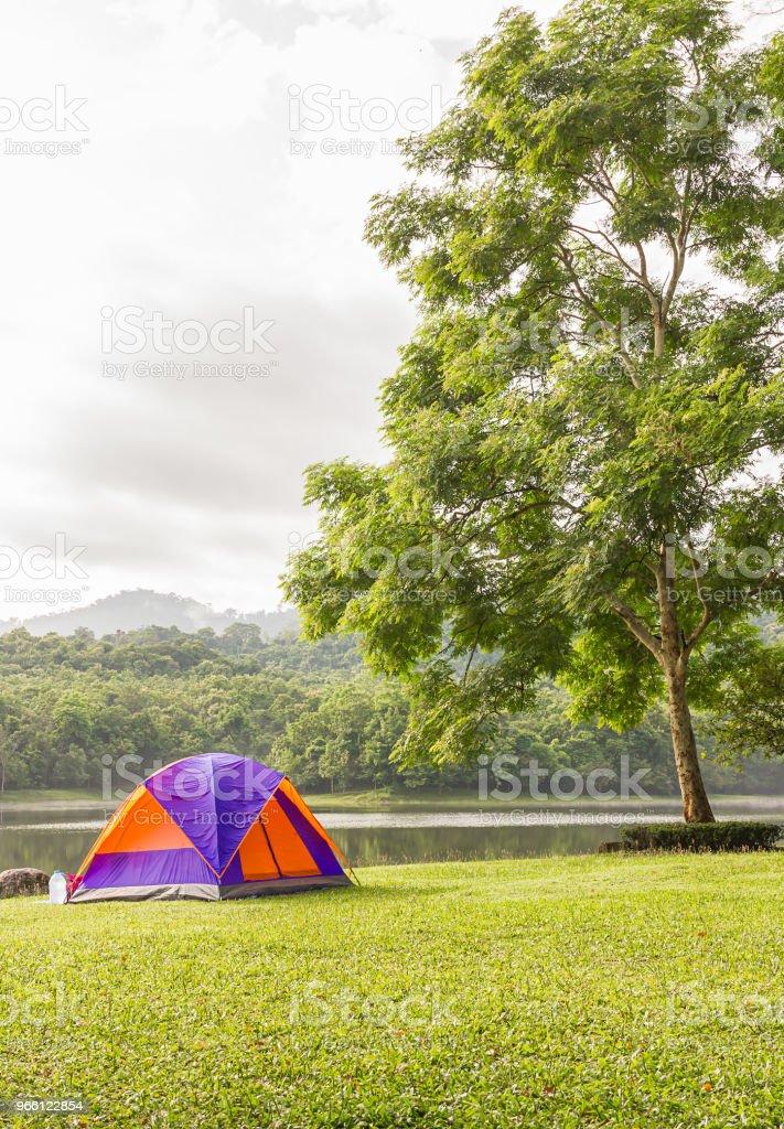 Dome tält camping vid sjön - Royaltyfri Berg Bildbanksbilder