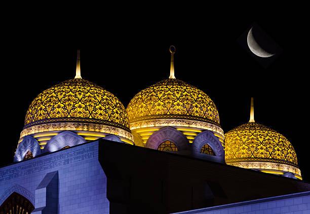 куполами на мечеть с moon - oman стоковые фото и изображения