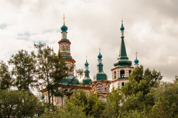 kuppeln der kathedrale des heiligen kreuzes in irkutsk. architektonischer stil des sibirischen barocks. - sterntaufe stock-fotos und bilder