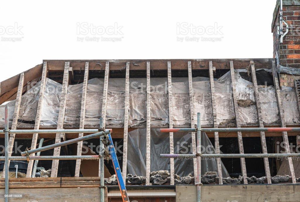 Heimischen Hausdach zeigt nackten hölzernen Sparren – Foto
