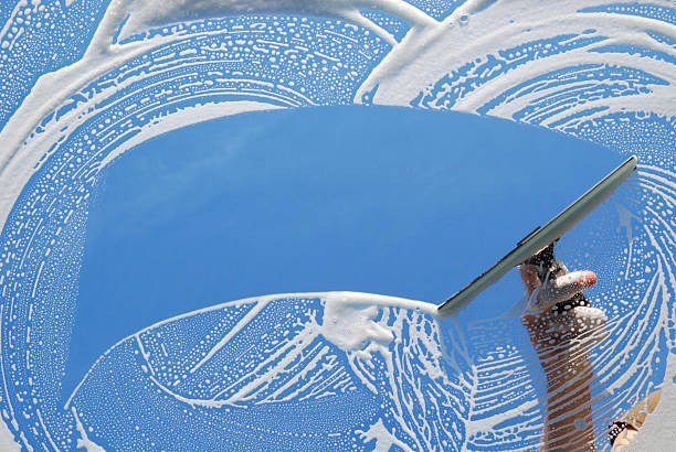 national de ménage laver la fenêtre - raclette photos et images de collection