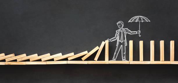 Domino-Effekt und Herausforderung Geschäftskonzept mit Hand gezeichnet Kreide Abbildungen auf Tafel – Foto