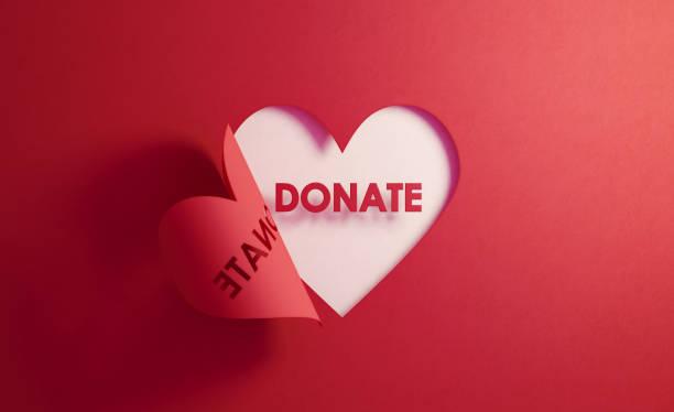Spendenkonzept - SpendenText in einer roten Faltherzform auf weißem Hintergrund – Foto