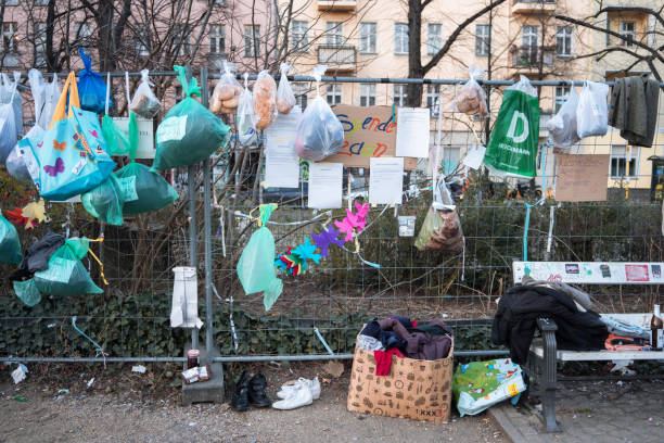 Spendenzaun, wo Menschen Lebensmittel- und Kleidungsspenden hinterlassen können, während sie während der COVID-19-Krise sozialen Abstand halten – Foto