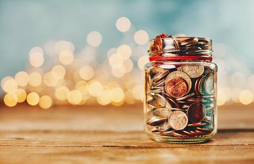 節日燈前裝滿硬幣的捐贈錢罐 照片檔及更多 5美仙硬幣 照片