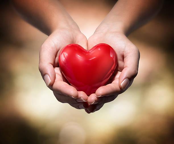 donación de la vida-rojo corazón - ayuda humanitaria fotografías e imágenes de stock