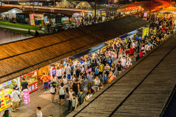 dongdamen avondmarkt in hualien city, taiwan - avondmarkt stockfoto's en -beelden