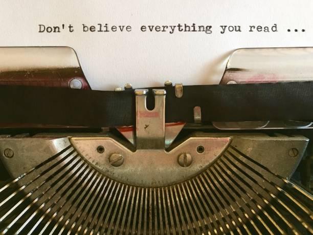 glauben sie nicht alles, was sie lesen; auf weißes papier auf vintage schreibmaschine getippt - wahre lügen stock-fotos und bilder