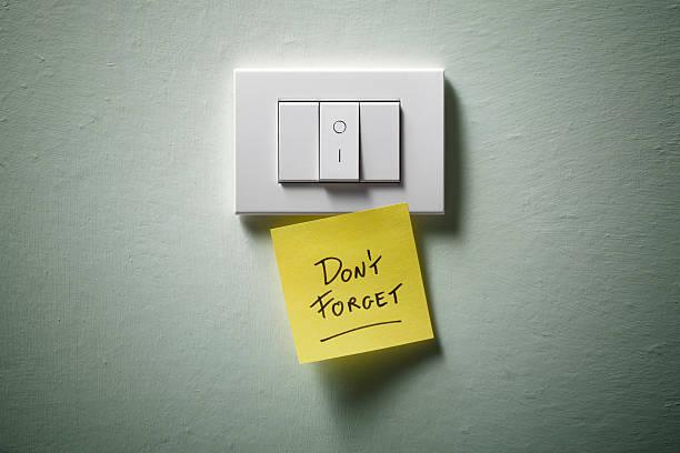 n'oubliez pas. interrupteur avec jaune collant note. - commutateur photos et images de collection