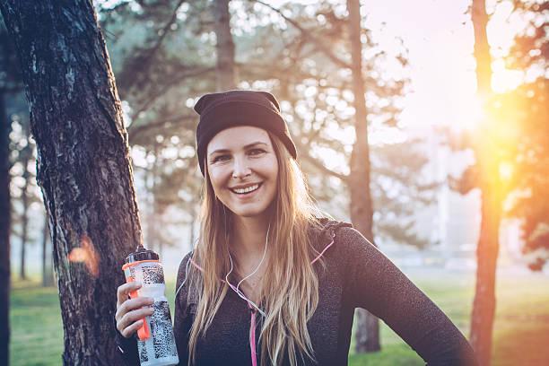 vergiss nicht zu trinken - wasser trinken abnehmen stock-fotos und bilder