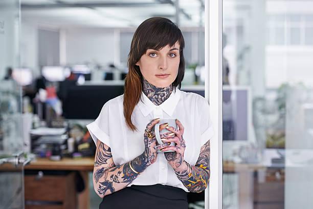 keine schiedsrichter in diesem buch von ihrem cover - kaffeetasse tattoo stock-fotos und bilder