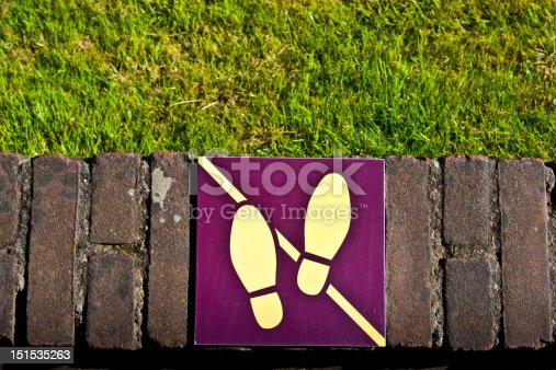 Sign: don't walk on the grass, useful for conceptual
