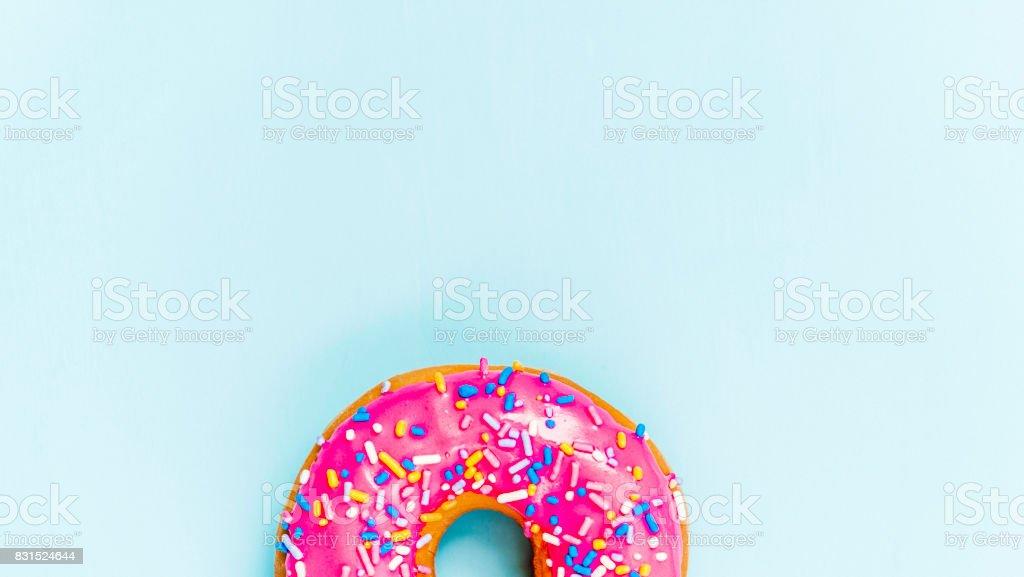 Donut com espaço rosa de glacê e cópia - foto de acervo