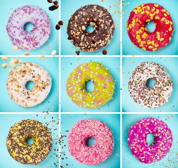 donuts glasiert mit streuseln auf pastell blau hintergrund - löcherkuchen stock-fotos und bilder