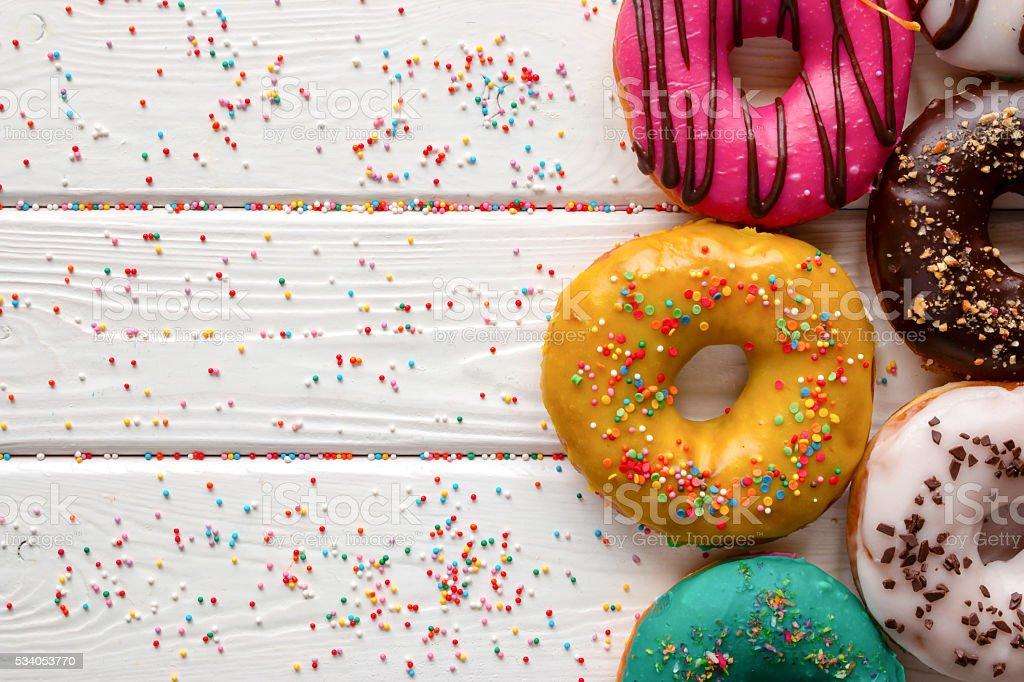 Donuts in verschiedenen Glasuren entwickelt und Platz für text – Foto